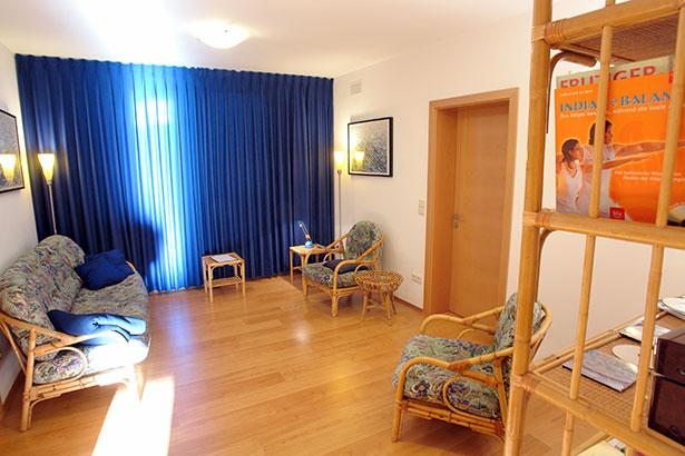 TELOS-innen-Therapieraum-Sonne-Vorhang-zu-C06789b.jpg