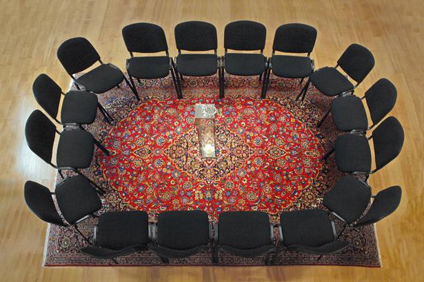 16 Stühle, 1 Kerze