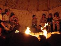 Veränderungsfest im Tipi-Zelt: wir lassen das Seminar in entspannter Atmosphäre am Lagerfeuer ausklingen.