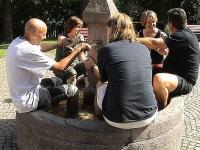 Arbeitspausen: Kühler Kopf und kühle Beine - Erfrischungspause im Brunnen.