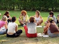 Frauengespräch im Freien: Orientierungshilfen in der Teilgruppe, nach Geschlecht getrennt..