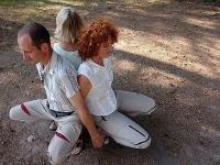 Über die bewusste Wahrnehmung ihres Körpers gelangen die Teilnehmer zur bewussten Wahrnehmung ihrer Gefühle.