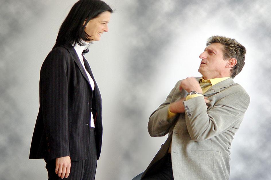 Körpersprache Körperhaltungen Bitten Frau Mann knien / Foto: TELOS - 2379cG