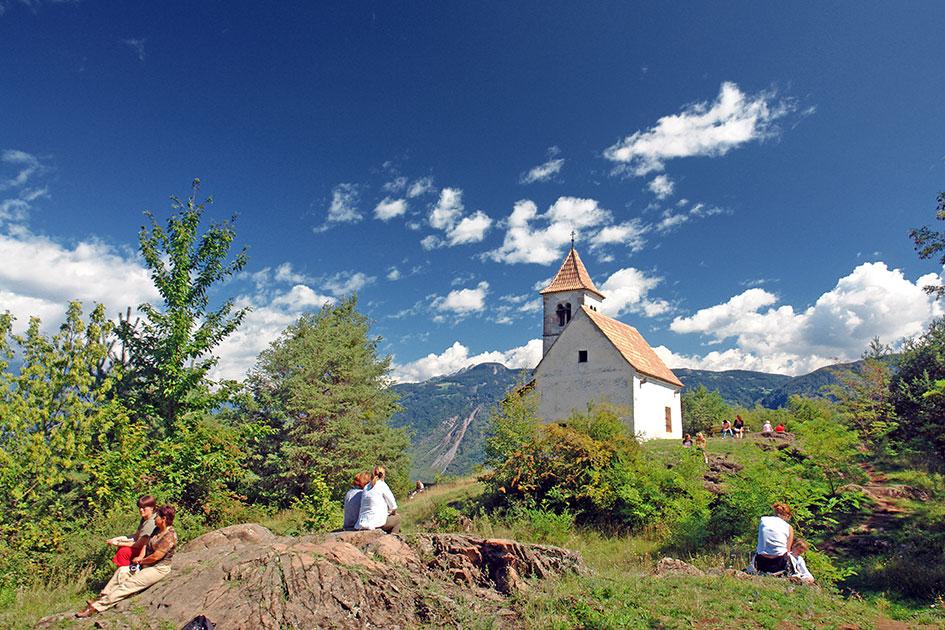 Outdoor Sommer Paargespräch Kapelle St. Christoph Tisens / Foto: TELOS - B3211bG