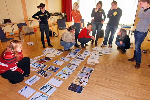 Gruppenarbeit Werbung Beispiele am Boden B8387b