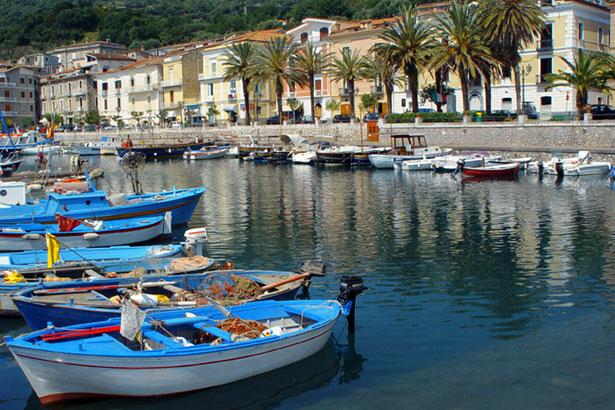 Italien Pästum Hafenstadt Fischerboote Meer Wasser 7792b