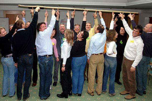 Seminarübung Stock senken Gruppe lachen B0799b