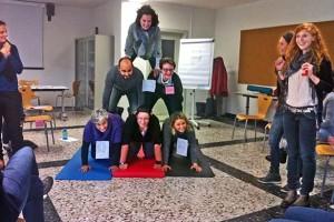 Seminarübung Ernährungspyramide Gruppe lachen IMG_b3485b