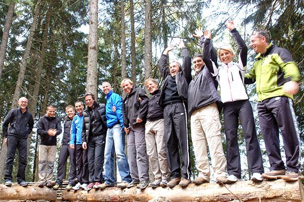 Outdoor Teamtraining Baumstamm Sieg / Foto: TELOS - B7537