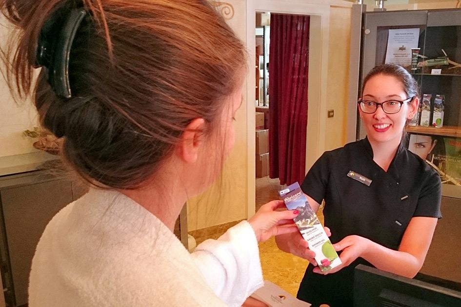 Hotel Beauty Kundin Verkäuferin Blick Lächeln Verkauf Schönheitscreme XP4108n