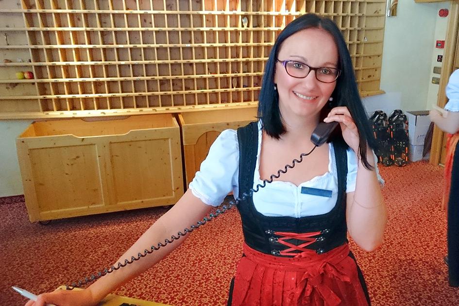 Hotel Rezeption Rezeptionistin Blick Lächeln Telefon XP4089
