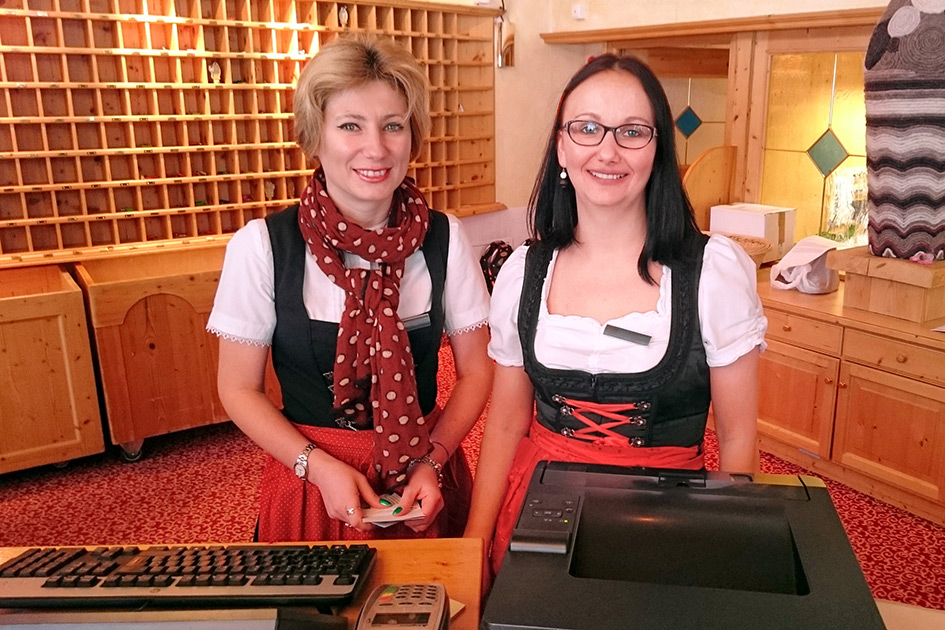 Hotel Rezeption Rezeptionistinnen Blick Lächeln XP4086