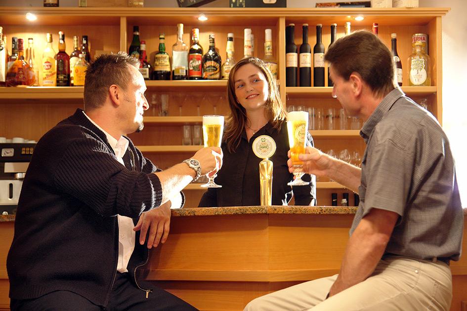 Hotel Bar Kellnerin Gäste Flirt Männer B2846c
