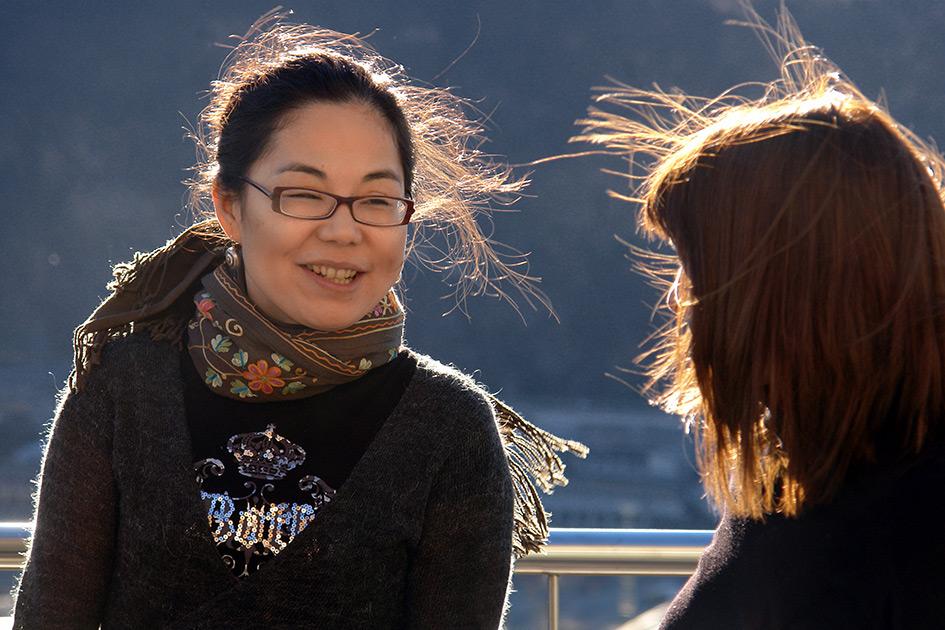 Kommunikation Körpersprache International Frauen Chinesin Südtirolerin Out sprechen lächeln B7998d