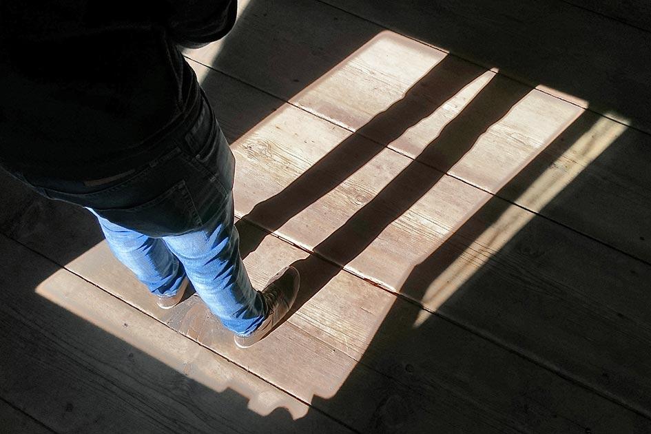 Mann Beine Schatten Unsicherheit Licht Dunkelheit XP0018c