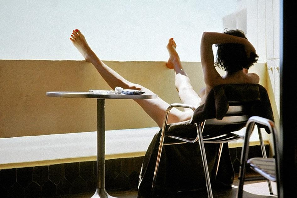 Sommer Sonnenbad Balkonien Frau nackt sexy Beine gespreizt Brüstung dia3283bkkr