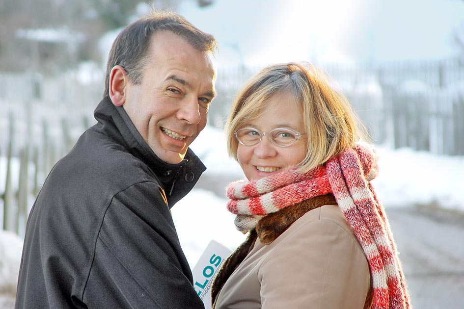 Winter Schnee Paar lachen Blick 15461c