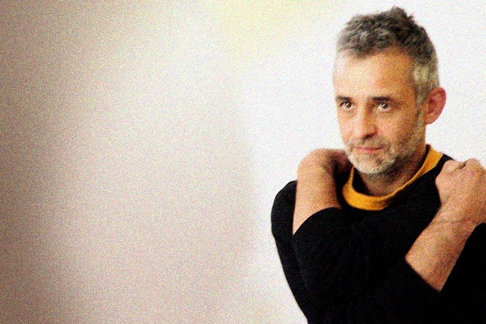 Körpersprache Körperhaltungen verklemmt Angst Mann / Foto: TELOS - 14740cr