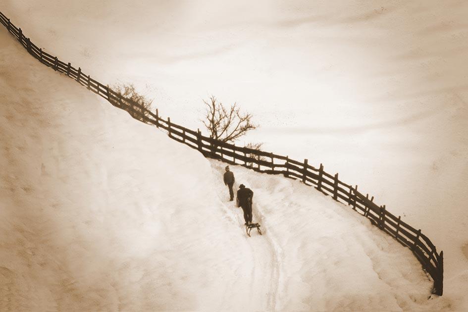 Winter Schnee Rodel Mann alt Vater Kindheit Junge 07458