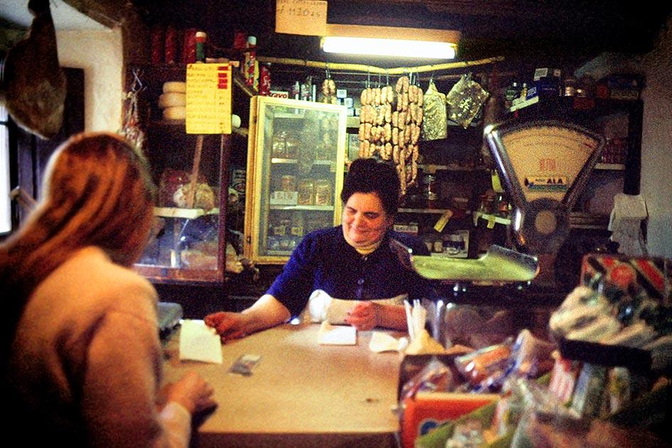 Toscana Geschäft Tante Emma Laden innen Verkäuferin Kundin Frau dia50037b