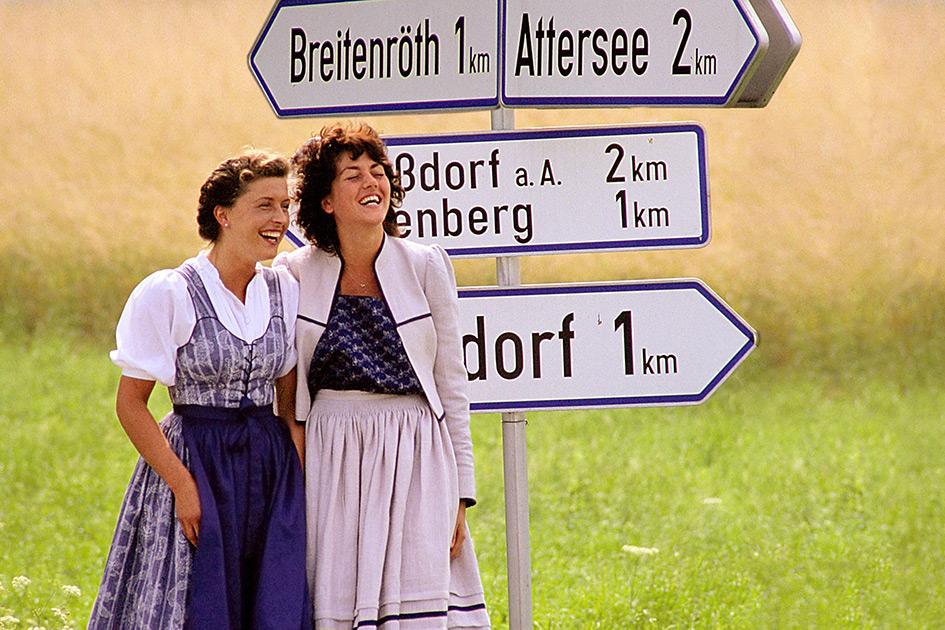 Trachtenmode Sommer Straßenschilder Frauen lachen dia964b