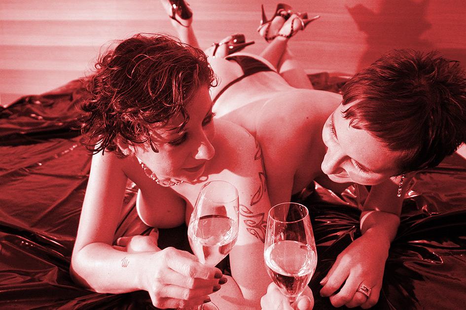 Sexualität Erotik Tabu Frauen nackt sexy Hotel Bett High Heels Sekt Reizwäsche 04900c