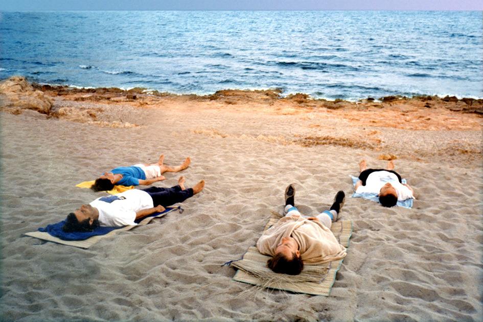 Meditation Strand Meer Gruppe liegen Augen zu Meditauchen Outdoor Mallorca Canyamel / Foto: TELOS - 06481c