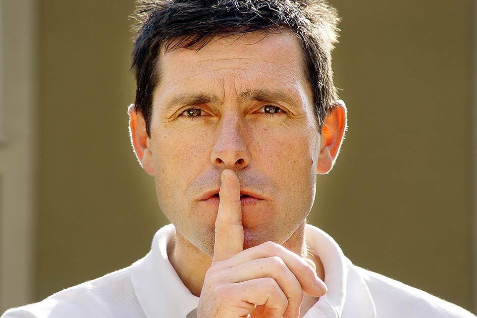 Mund Finger still schweigen Geheimnis / Foto: TELOS - 07166b