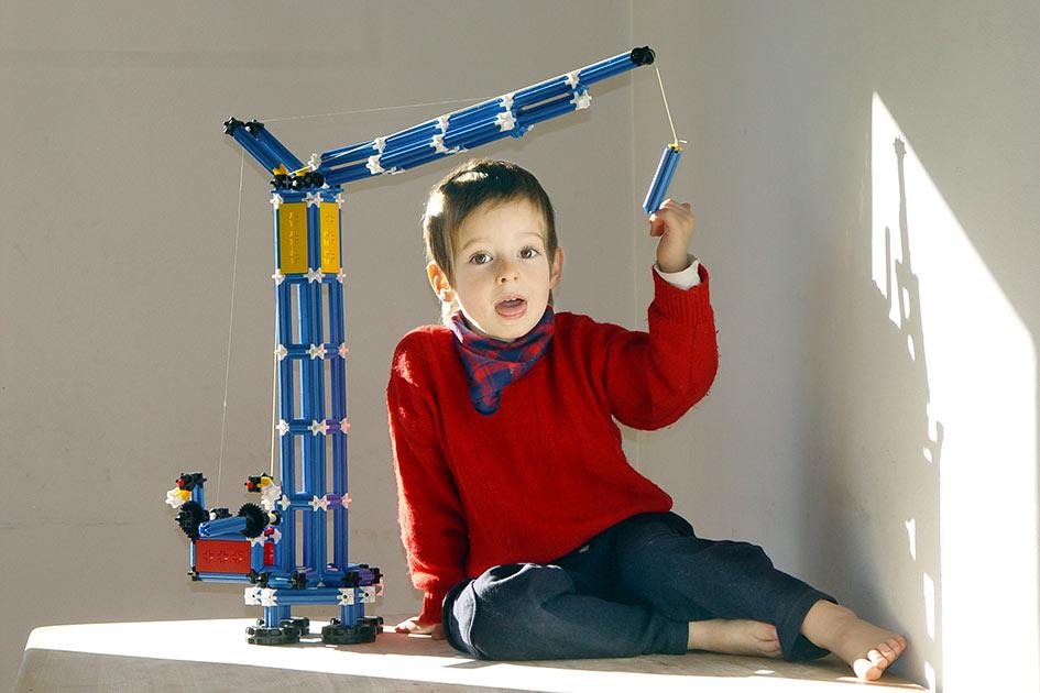 Kind Junge Kran bauen spielen / Foto: TELOS - 11113G