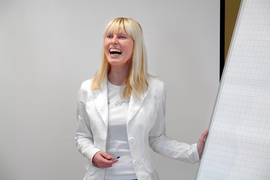 Präsentation Frau Flipchart erklären lachen / Foto: TELOS - B9254b.jpg
