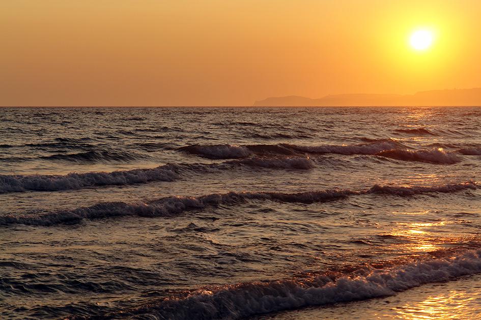 Ein romantischer Sonnenuntergang am Meer kündigt von Abschide und Neubeginn/ Foto: TELOS - C3007b