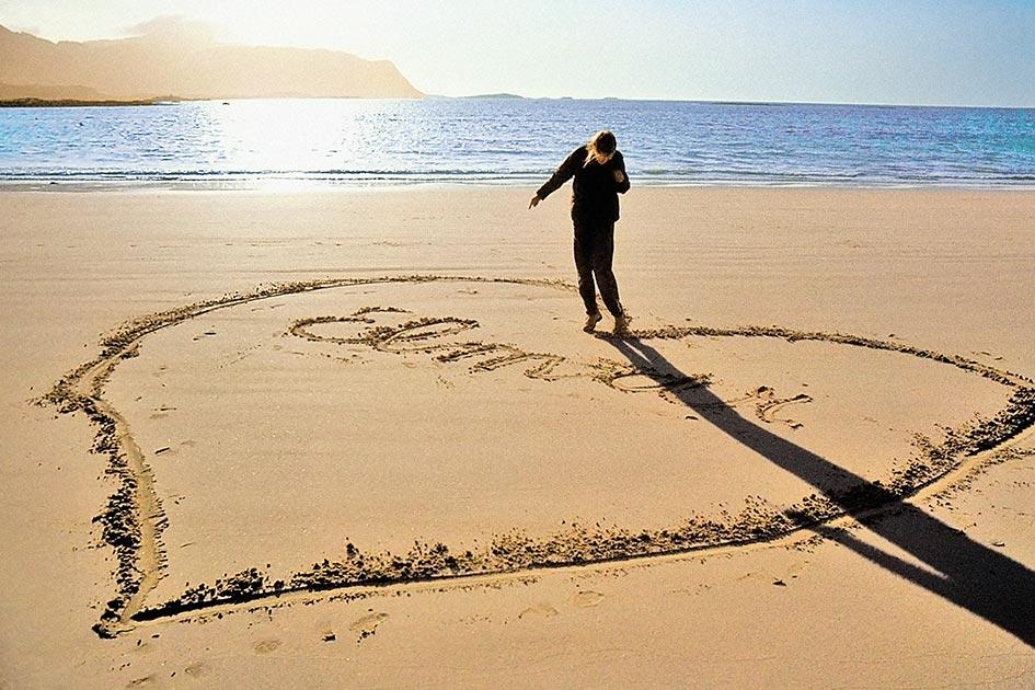 Skandinavien Norwegen Lofoten Strand Sand Abendlicht Herz Schrift ewige Liebe / Foto TELOS - dia1830br