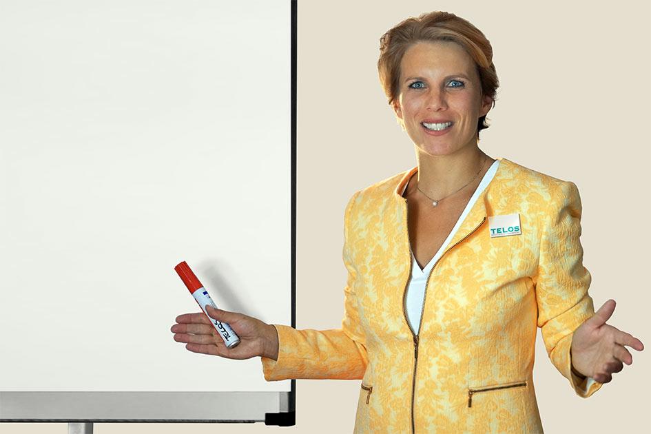 Referenten Psychologin Dr. Elke Kalser am Flipchart / Foto: TELOS - E9331b