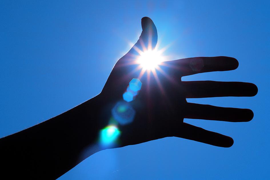 Sonne Hand Strahlen Licht Gegenlicht Reflexe / Foto TELOS - B01873b