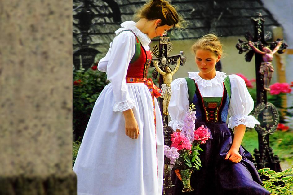 Tod Friedhof Grabpflege 2 Frauen Tracht / Foto: TELOS - dia6543enn