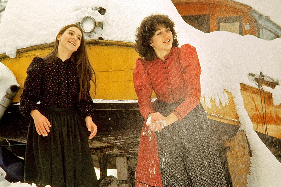 Winter Schnee Boot Trockendock Schneeballschlacht Mädchen lachen / Foto: TELOs - dia6387c