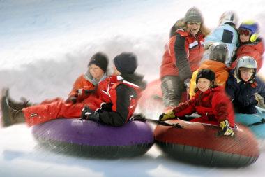 Winter Schnee Villnöss Kinder Reifenrutschen Gruppe Spaß lachen / Foto: TELOS - 1962b