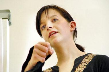 Flip erklären Frau Teilnehmerin selbstsicher / Foto: TELOS - 13364b