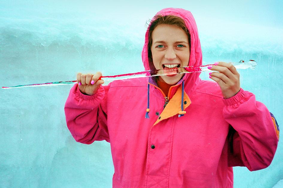 Winter Eis Schnee Frau Eiszapfen lutschen lachen Blick / Foto: TELOS - 83050024bbn