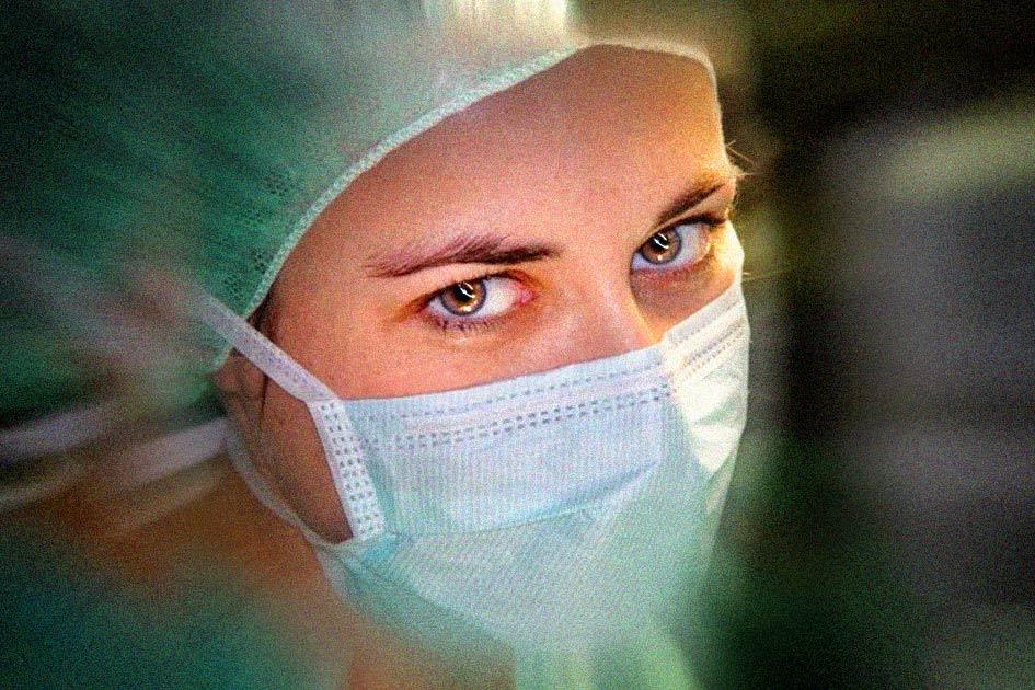 Medizin Krankenhaus Chirurgin / Bildbearbeitung: TELOS - 12200cvrG