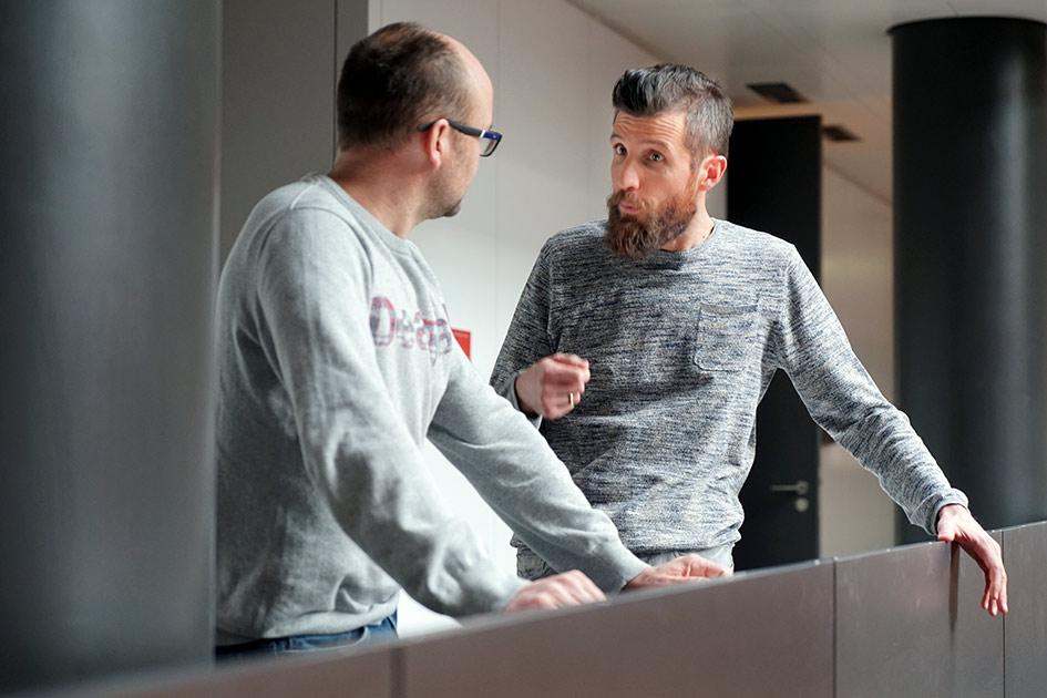Kommunikation Kundenkontakt Verkauf Männer sprechen / Foto: TELOS - E7994bn