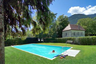 Sommerseminar Neustift Schwimmbad Frau lachen Blick / Foto: TELOS - E5824f