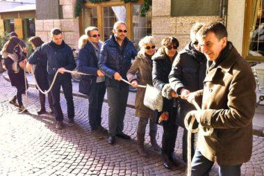 Blind Snake Out Gruppe mit Blindenbrillen geht am Seil Führungspsychologie / Foto: TELOS - IMG_9827