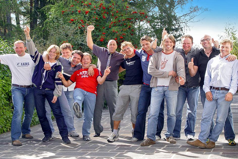 Out Gruppenbild bewegt Skilehrer Männer lustig lachen / Foto: TELOS - 09300b