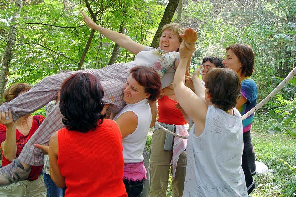 Spinnennetz Seilüberquerung Heißer Draht Out Gruppe Frauen lachen / Foto: TELOS - 14901.jpg