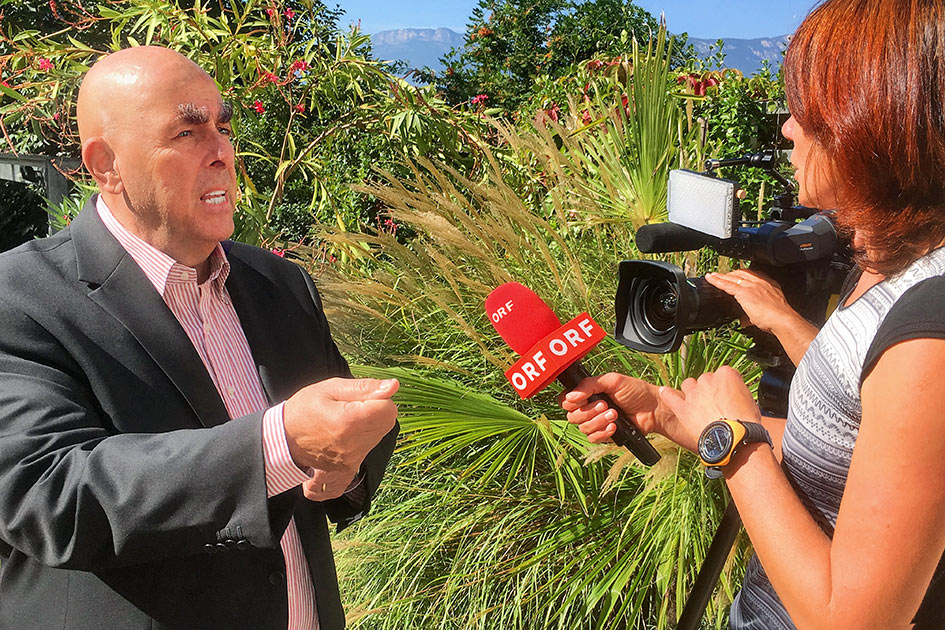 TV ORF Interview Dr. Elmar Teutsch Garten TELOS / Foto: TELOS - MG_6181bn