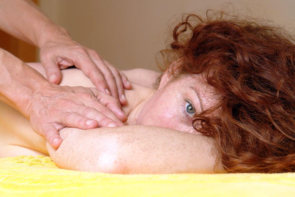Massage Frau rote Haare Blick Hotel / Foto: TELOS - B2442