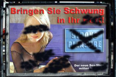 Plakat Sexshop Erotik übersprüht / Foto: TELOS - 02595-03828b