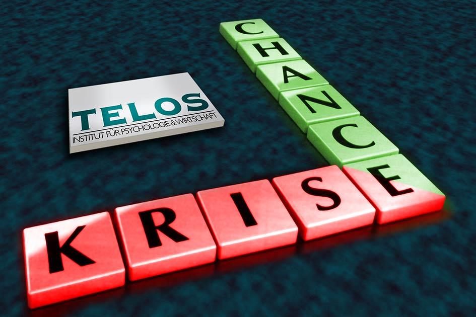 Krise als Chance Scrabble Buchstabensteine rot grün TELOS Logo / Artwork: TELOS - 09629bkl