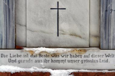 Tod Friedhof Schnee Grab Spruch Liebe Freude Leid / Foto: TELOS - C1146b